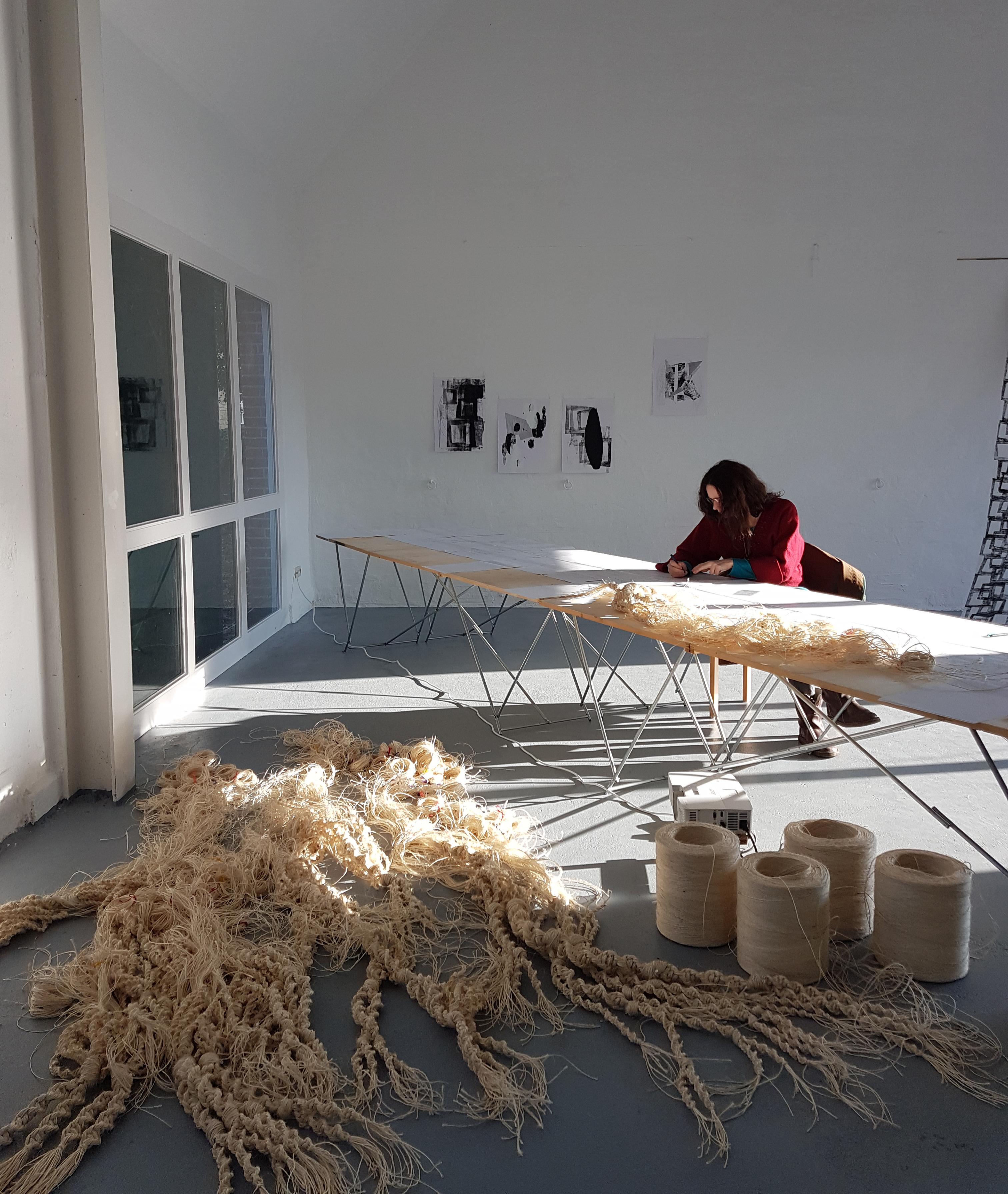 """Installation von """"Mycelium of Humans #1"""" und einem neuen Segment von """"Menschengeflecht #1"""" in der Galerie F6, Künstlerdorf Schöppingen, 2018, Foto: © Yan Rechtmann"""
